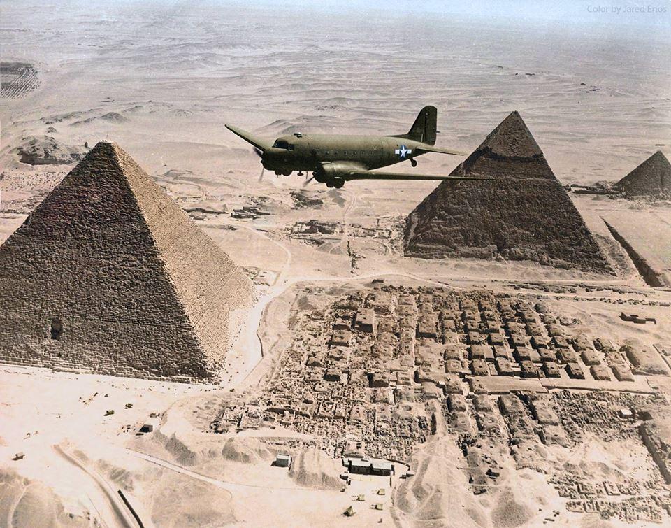 Survol des pyramides de Gizeh (1943)