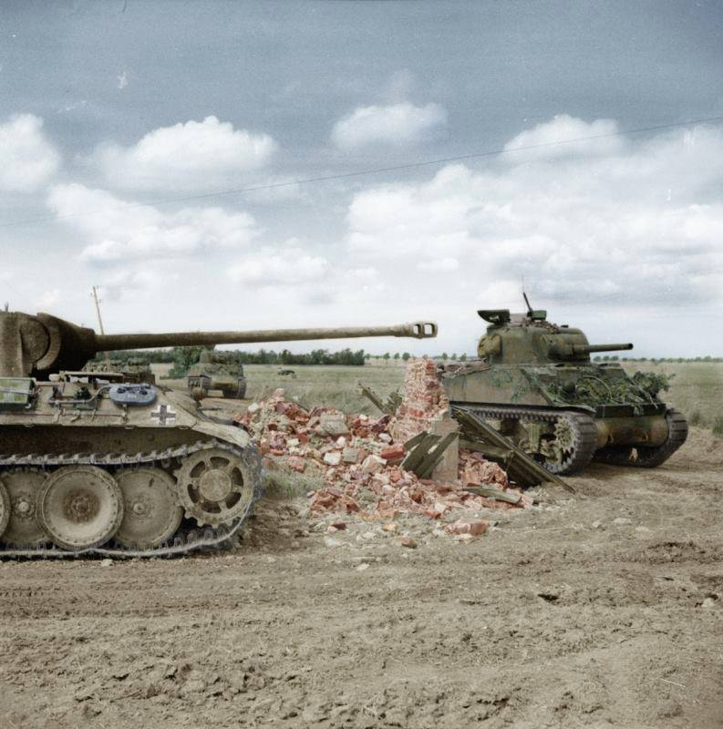 Colonne de Shermans passant à côté d'un Panther détruit (30 juin 1944)
