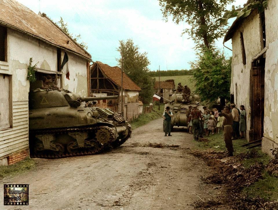 Deux Shermans acclamés par des civils français (1944)