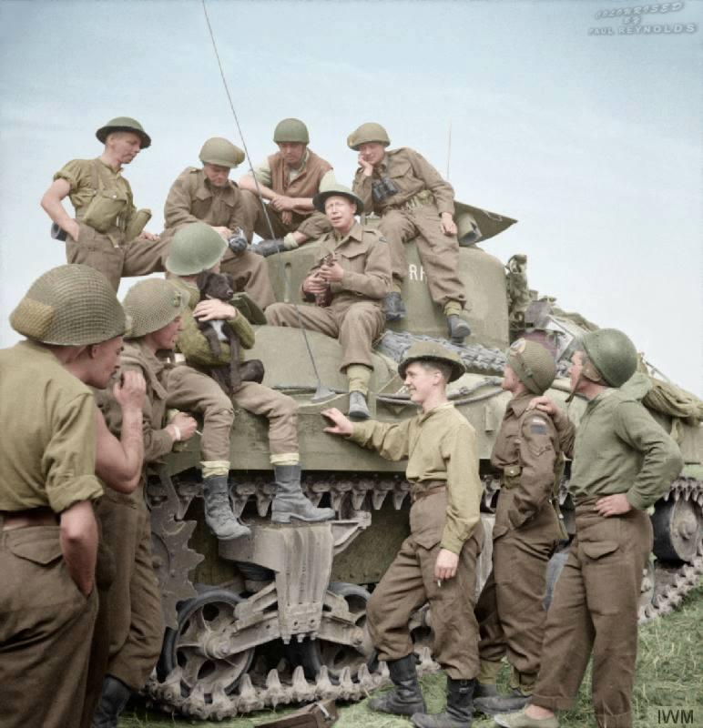 Soldats anglais se divertissant (30 juillet 1944)