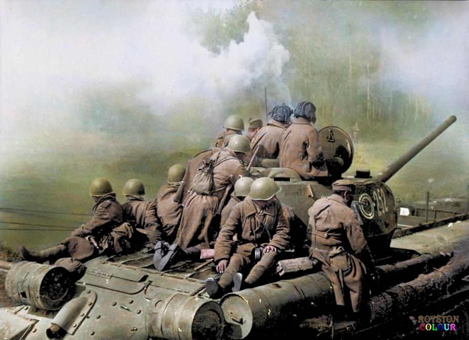 T34-85 transportant des soldats russes (février 1945)
